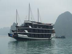 Halong Bay, Vietnam. Citeste mai multe: http://www.imperatortravel.ro/2012/11/gooooood-morning-vietnam-in-nord-hanoi-si-halong-bay-episod-3.html