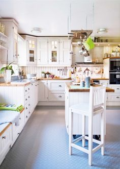 39 Cozy Scandinavian Country Kitchen Design - Any More Decor Swedish Kitchen, New Kitchen, Kitchen Dining, Kitchen Decor, Kitchen Soffit, Kitchen White, Kitchen Ideas, Warm Kitchen, Kitchen Paint