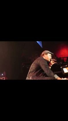 Interacting with the crowd...Gavin Degraw