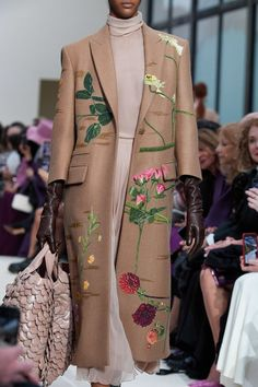 Valentino Fall 2020 Ready-to-Wear Collection - Vogue Fashion 2020, High Fashion, Winter Fashion, Fashion Show, Fashion Outfits, Paris Fashion, Image Fashion, Fashion Details, Fashion Design