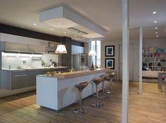 Cuisine ouverte avec un mur au plafond pour délimiter l'espace îlot.