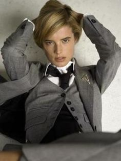 chicagoartnerd: lipstick-n-cigars: Menswear YES PLEASE. Something about the camera angle is just unbearably sexy. Androgynous Women, Androgynous Fashion, Tomboy Fashion, Tomboy Stil, Tomboy Look, Women Wearing Ties, Agyness Deyn, Dandy Style, Lady