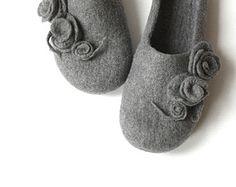 Zapatos de las mujeres de la casa - zapatillas de fieltro de lana gris con rosas - Bodas de regalo - hechos por encargo