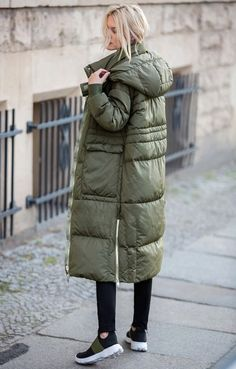Mode Outfits, Stylish Outfits, Winter Fashion Outfits, Autumn Fashion, Red Bomber Jacket, Jenifer Aniston, Down Puffer Coat, Outdoor Fashion, Jacket Style