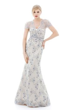 Elegantes Abendkleid im Meerjungfrau-Stil. Komplett aus bestickter Perlenspitze auf edler Seide. Das Oberteil ist mit einem V-Ausschnitt und kurzen Ärmeln versehen. Dress Felipa - Handmade silk evening gown - Handgefertigtes Abendkleid aus Seide - Mônica Santana Haute Couture - Made in Germany
