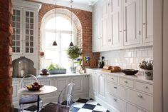 Det här köket andas sekelskifte. Det schackrutiga golvet i marmor sätter sin tidstypiska prägel på köket och ger karaktär. Fönstret är innåtgående varför man har sänkt bänken något där för att kunna öppna. Vitrinskåp med äkta spröjs. Bänkskiva i marmor.