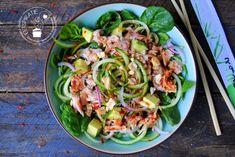 Deze Thaise salade met tonijn is een verrassend lekkere salade en gemaakt met spinazie in plaats van sla. Lekker en gezond! Clean Recipes, Veggie Recipes, Salad Recipes, Easy Lunches For Work, Authentic Thai Food, I Want Food, Healthy Snacks, Healthy Recipes, Vegetable Salad