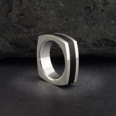 Anillo alianza de plata y cuerno madera de ébano negro. Sterling silver and black ebony ring. Wood ring, wooden ring, horn ring, antler ring, wedding bands. Adam Ballester Joyas.