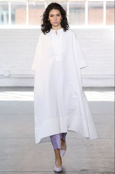 Creatures of Comfort Spring 2018 Ready-to-Wear Fashion Show Collection Fashion 2018, Modest Fashion, Runway Fashion, Fashion Dresses, Fashion Spring, Hijab Fashion, White Outfits, Modest Outfits, Casual Dresses