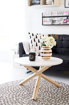 Scandinavian livingroom with gold details.  Gold omaggio vase from Kähler, candle from VoluSpa and fealth ball carpet from Nepaldo.http://www.reidunbeate.com/2015/12/15/bedre-plass-med-nytt-lekkert-stuebord/