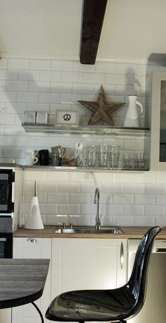 renovering 2013, köksrenovering 2013, svart, vitt och grått, rostfritt, inredning kök, hth kök, vitt kakel upp till taket