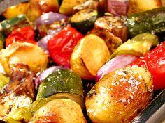Ugnsbakade grönsaker (Plocka ihop dina favoritgrönsaker. Här brukar det passa bäst med zucchini, aubergine, paprika och lök. Tar du också med potatis och andra rotfrukter, till exempel morötter, jordärtskockor eller svartrötter, blir det riktigt mättande. Servera grönsakerna som en ensamrätt med bröd.)