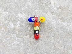 Lettera T  Iniziale in vetro di murano. Ciondolo pendente, colori vari con murrine inserite.
