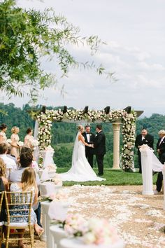 A floral filled luxe mountain ceremony (photo: @jophotos).