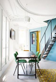 Une salle à manger avec des couleurs primaires