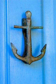 Front Door Entrance Coastal New Ideas Front Door Paint Colors, Painted Front Doors, Diy Door Knobs, Portal, Front Door Entrance, Knobs And Knockers, Cool Doors, Beach Cottages, Nautical Theme