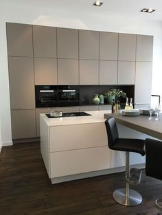 A beige kitchen! A new trend color for 2019 . A beige kitchen! A new trend color for With kitchen island and all. Kitchen Island Decor, Home Decor Kitchen, Kitchen Interior, Home Kitchens, Kitchen Islands, Diy Kitchen, Coastal Interior, Eclectic Kitchen, Kitchen Units