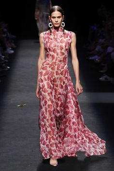 SPONSORED: Juan Vidal Madrid Spring 2020 Fashion Show Collection: See the complete Juan Vidal Madrid Spring 2020 collection. Look 45 Fashion 2020, Fashion Week, Runway Fashion, Fashion Show, Womens Fashion, Vogue Fashion, Vogue Paris, Moda Madrid, Maxi Robes