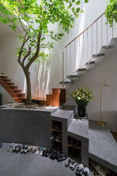 Indoor Courtyard Design Idea With A Cinder Block Pot An indoor courtyard and an entryway in one, with a real tree growing in a cinder block pot and skylights over the space. Interior Garden, Home Interior Design, Exterior Design, Interior And Exterior, Stairs Architecture, Amazing Architecture, Interior Architecture, Indoor Courtyard, Courtyard Design