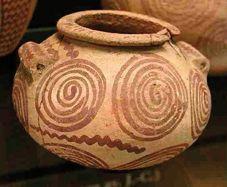 古代エジプトのナカダ文化第2期(紀元前3400 年頃のゲルゼー文化期)の渦巻模様のある陶器のつぼ
