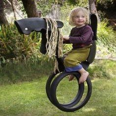 Paardenschommel van autobanden om omhoog te hangen aan een schommel of aan een boom - tutorial op http://davesgarden.com/files/Pony_Tire_Swing/