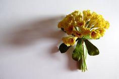 Sunny bouquet, vintage millinery flower (NOS), 1960s.  - hat trim - dolls - ribbon work - yellow flowers -  hairdress - flower spray - de GiardinoDiNinfa en Etsy