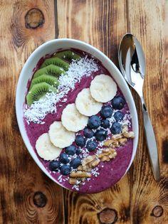 "God mandag! ""Smoothie bowl"" – eller på norsk: smoothie bolle / smoothie skål – har alltid våre den beste måten..."