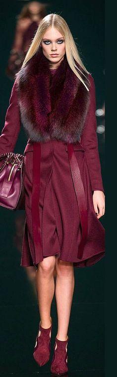 Fur cardinal color total outfit en color roji cardenal piel y abrigo