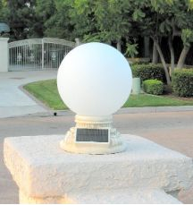 This beautiful handcrafted 10 inch frosted glass globe solar patio light would be great for highlighting your entranceway without running electricity. Solar Pathway Lights, Pathway Lighting, Outdoor Wall Lighting, Landscape Lighting, Unique Lighting, Solar Lanterns, Lighting Ideas, Outdoor Decor, Gate Lights