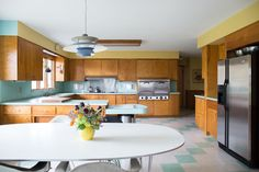 The VCT flooring tiles in seafoam green and cream complement the wall color combination really well. Mid Century Modern Kitchen, Mid Century Modern Decor, Mid Century Kitchens, Midcentury Modern, Mid Century Ranch, Mid Century House, Modern House Design, Modern Interior Design, Interior Trim