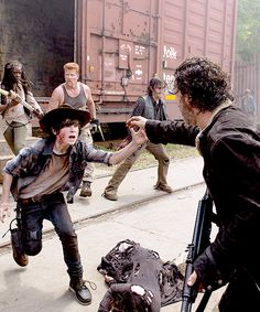 The Walking Dead Season 5 Episode Photos - Carl Grimes (Chandler Riggs) and Rick Grimes (Andrew Lincoln) in Episode 1 Photo by Gene Page/AMC Walking Dead Zombies, Walking Dead Season, The Walking Dead Saison, Carl The Walking Dead, Walking Dead Memes, Andrew Lincoln, Sarah Andersen, Carl Grimes, Judith Grimes