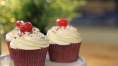 Cupcakes de cereza al kirsch. Un postre dulce para los más golosos de la casa y que Alma Obregón ha preparado junto a la bloguera, Sylvia Salas. ¡A disfrutar!