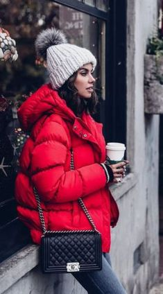 Your New York winter packing list - The Family VoyageAre you trying to find the best New York winter outfit? We have your most important guide to New York winter fashion and a practical New Winter Outfits For Teen Girls, Winter Outfits Women, Winter Jackets Women, New York Winter Outfit, Winter Coat Outfits, Women's Winter Coats, Jacket Outfit, Parka Outfit, Grey Beanie Outfit