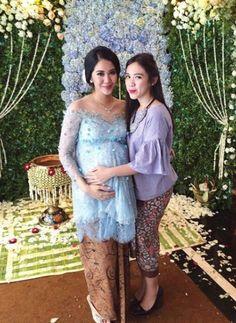 Ibu hamil + kebaya = pesona wanita sesungguhnya