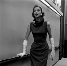 The lovely Suzy Parker wearing Balenciaga dress, Life – 1956 She was absolutely fabulous! Foto Fashion, 1950s Fashion, Fashion History, Fashion Models, Vintage Fashion, French Fashion, Glamour Vintage, 1950s Style, Moda Vintage