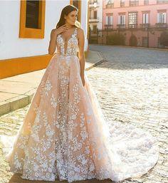 Pra inspirar as noivinhas, um vestido pra arrasar no casório! By @crystaldesign_official #vestidodenoiva #weddingdress #casamento #wedding #noiva #bride #noivascuritibanas #casamentoemcuritiba #casandoemcuritiba #crystaldesign #blogdecasamento