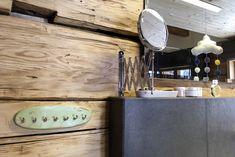 frei begehbare Eckdusche mit feststehender Glasabtrennung, Einhebelmischer mit Hand- und Regenbrause •wandhängender Möbelwaschtisch in schwarz-weiß-Optik mit Aufsatzwaschtisch aus Keramik und Unterputz-Einhebelmischer • ,Wandstehende Badewanne mit ausziehbarer Handbrause •Zum Dachstuhl hin geöffnete Raumgestaltung mit gefliestem Boden und sichtbaren Holzwänden • Wandhängendes WC mit Druckspülplatte • Fußbodenheizung•HSH-Installatör • Holz die Sonne ins Haus • ROT-HEISS-ROT Wood Walls, Bath Tube, Room Interior Design, Tile, Sun, Monochrome, Corning Glass