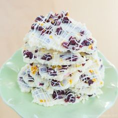 Cranberry Bliss White Chocolate Bark - inspired by Starbucks Cranberry Bliss Bars, this chocolate candy recipe is so easy and perfect for Christmas gifts! | cupcakesandkalechips.com