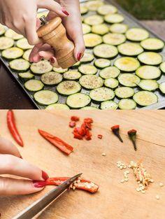Cuketová sezona se sice pomalu chýlí ke konci, ale spousta zahrádkářů (a milovníků akcí v supermarketech) pořád ještě přemýšlí, co s větším množstvím cuket. U nás letos jednoznačně vede nakládání do pikantního oleje! Home Canning, Asparagus, Cucumber, Zucchini, Garlic, Food Porn, Food And Drink, Eggs, Vegetables