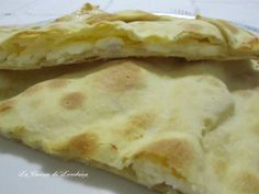 La Focaccia col formaggio che ho preparato oggi è tipica di un paese della Liguria, Recco, una focaccia sottile e croccante con un morbido ripieno