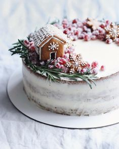 78 Classic Christmas Cake Decorating Ideas - chic better Make sure you check out each of the cake ideas below. And get inspired and get some great ideas for your Christmas cake decorating ideas. Christmas Cake Decorations, Christmas Sweets, Christmas Cooking, Noel Christmas, Christmas Goodies, Christmas Cakes, Xmas, Christmas Recipes, Christmas Donuts