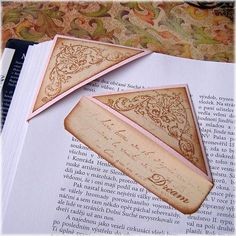 Marca páginas de esquina - Bookmark: I make these from envelope corners and write/doodle on them. Diy Bookmarks, Corner Bookmarks, How To Make Bookmarks, Vintage Bookmarks, Book Crafts, Fun Crafts, Paper Crafts, Crea Cuir, Book Markers