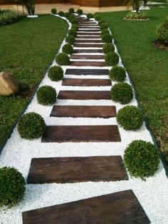 42 DIY Garden Walkway Projects For Your Inspirations - Possible Decor Gravel Garden, Garden Paths, Diy Garden, Walkway Garden, Rock Pathway, Outdoor Walkway, Pebble Garden, Paver Walkway, Front Walkway