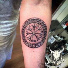 blackword tattoo mit einem wikinger runenkompass auf dem. Black Bedroom Furniture Sets. Home Design Ideas