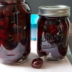 A crazy easy recipe for Drunken Cherries! 15 minutes to prep, and a sabbatical is all it takes for these boozy, gift-worthy, soused summer fruit! Cherry Vodka, Cherry Brandy, Homemade Alcohol, Homemade Liquor, Cherry Desserts, Cherry Recipes, Cherry Ideas, Drunken Cherries Recipe, Alcohol Soaked Fruit