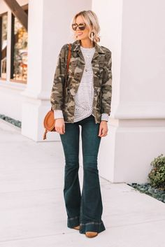 What to Wear When You Don't Know What to Wear – 10 Easy Outfit Formulas Using What's in Your Closet – Straight A Style - blackstars. Flare Jeans Outfit, Camo Shirt Outfit, Flare Pants, Summer Work Outfits, Simple Outfits, Casual Outfits, Winter Outfits, Spring Outfits, Ripped Jeggings