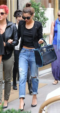 Selena Gomez owns street style with a black blazer, crop top and boyfriend jeans. Mode Outfits, Fall Outfits, Casual Outfits, Outfit Winter, Outfit Summer, Denim Outfits, Casual Blazer, Dress Summer, Casual Shoes