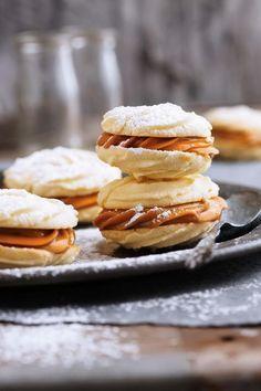 Sagte koekies met karamelvulsel, Hierdie delikate koekies smelt letterlik in jou mond. Cookie Desserts, Cookie Recipes, Kos, Ma Baker, Delicious Desserts, Yummy Food, Biscuits, Biscuit Recipe, Desert Recipes
