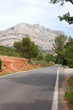 Route menant à la montagne Sainte-Victoire