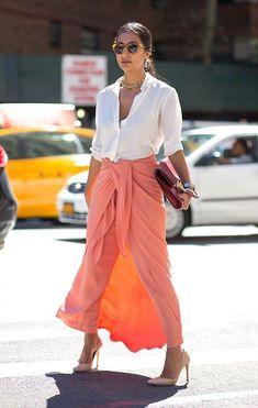 Saia longa, colorida, fica MARA com camisa Branca e scarpin ou sandálias nudes. Toque de Stylist - deixe o decote mais aberto e use com choker e colares, tudo junto e misturado! Aqui tem dicas de looks para usar SAIA LONGA no trabalho -https://goo.gl/gE1Fbv e Seleção com as saias longas mais amadas pelas fashionistas -https://goo.gl/hwBYjC